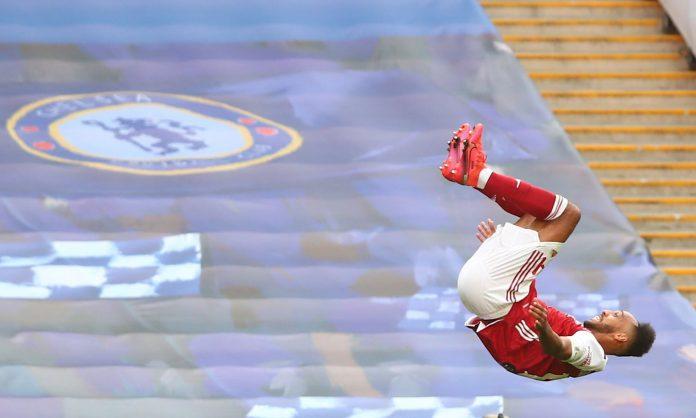 Striker Arsenal Pierre-Emerick Aubameyang melakukan selebrasi usai membobol gawang Chelsea. Aubameyang memborong dua gol dalam kemenangan 2-1 atas Chelsea di Final PIALA FA 2020, Sabtu (1/8/2020). Foto dari Guardian. ,