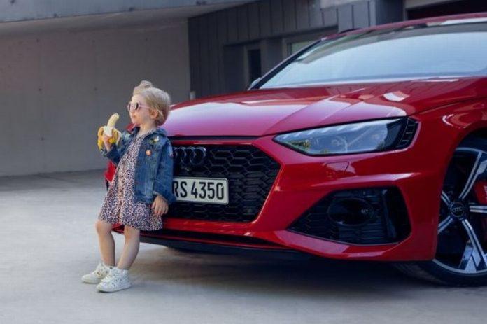 Iklan kontroversial dari Audi, produsen mobil asal Jerman, yang menggambarkan seorang gadis kecil berdandan ala perempuan dewasa sedang makan pisang sambil bersandar pada mobil Audi RS 4. (Foto: Twitter)