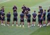 Pelatih Quique Setién berbicara kepada para pemain Barcelona saat latihan pada Kamis malam. (Foto: Uefa.com)