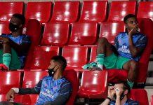 Gareth Bale tertangkap kamera membalik botol, tidur, dan berpura-pura menonton melalui teropong palsu dari bangku penonton Real Madrid dalam beberapa pekan terakhir. (Foto dari talkSPORT)