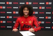 Tahith Chong saat menandatangani kontrak baru dengan Manchester United pada bulan Maret (Foto: Getty via Metro)