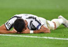 Cristiano Ronaldo tertelungkup di lapangan setelah Juventus tersingkir di Babak 16 Besar Liga Champions 2019-2020, usai hanya bermain imbang 2-2 vs Lyon. Juventus gagal melaju karena Lyon memiliki gol tandang. (Foto dari AS)