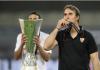Pelatih Sevilla Julen Lopetegui mencium medali usai membawa timnya mengalahkan Inter Milan 3-2 di Final Liga Eropa 2019/2020. Sevilla menjadi tim tersukses di kompetisi ini dengan 6 trofi. (Foto: Uefa.com)