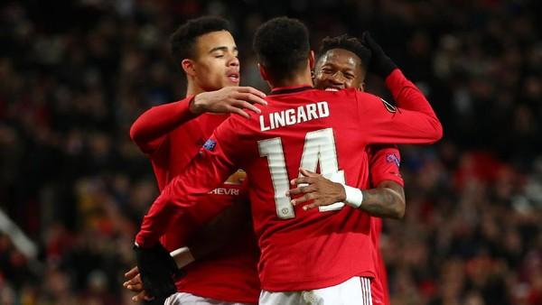 Jesse Lingard berpelukan dengan Fred. Legenda Manchester United Paul Scholes meyakini kedua pemain akan dilepas oleh klub.