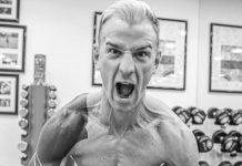 Joe Hart menunjukkan ototnya saat latihan di gym