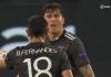 Bruno Fernandes berdebat dengan bek tengah Victor Lindelof akibat melakukan blunder yang menyebabkan Luuk de Jong mencetak gol kedua Sevilla. MU kalah 2-1 di semifinal Liga Eropa 2020/2021 dan tersingkir. (Foto: Suryakepri.com/Screenshot pertandingan)