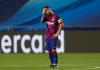 Kapten Barcelona Lionel Messi berdiri di tengah lapangan, sambil memegang dahinya, setelah kekalahan memalukan (2-8) dari Bayern Munchen pada perempat-final Liga Champions 2019/2020 di Portugal, Sabtu (15/8/2020) waktu Indonesia. (Foto: Uefa.com)