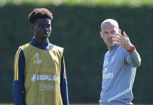 Freddie Ljunberg memberikan pengarahan kepada Bukayo Saka dalam sesi latihan Arsenal. (Foto: Arsenal.com)