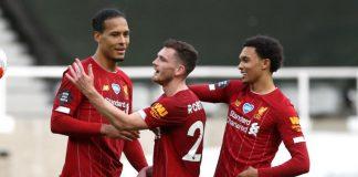 Virgil van Dijk, Andy Robertson, dan Trent Alexander-Arnold (dari kiri ke kanan) memamerkan jersey baru Liverpool untuk musim 2020/2021. (Foto: Getty via Bild)