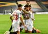 Para pemain Sevilla merayakan gol balasan Suso yang menjadikan skor 1-1 vs Manchester United di semifinal Liga Eropa 2019/2020. Sevilla akhirnya menang 2-1 berkat gol tambahan dari Luuk de Jong. Mu hanya mencetak satu gol penalti oleh Bruno Fernandes. (Foto: Getty via Uefa.com)