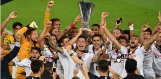 Sevilla juara Liga Eropa 2019/2020. Para pemain Sevilla mengangkat trofi Liga Eropa setelah mengalahkan Inter Milan 3-2 di final. (Foto: Uefa.com)