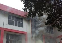 Gedung Telkom Pekanbaru, Riau, terbakar, Selasa (11/8/2020). Jaringan telepon dan internet mengalami gangguan. (Foto: Istimewa)