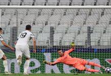 Tendangan penalti Cristiano Ronaldo saat Juventus vs Lyon di Leg II Babak 16 Besar Liga Champions 2019-2020 di Turin Jumat (7/8/2020).