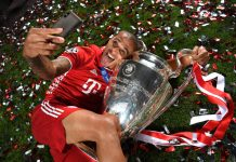 Thiago Alcantara berpose selfie dengan trofi Liga Champions yang dimenangkannya bersama bayern Munich setelah mengalahkan PSG di final. (Foto dari talkSPORT)