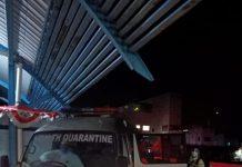 Mobil ambulans RSUD Karimun menjemput sejumlah warga di pelabuhan antar pulau Sri Tanjung Gelam Karimun, Minggu (9/8/2020) malam. Foto Suryakepri.com/Dok Warga