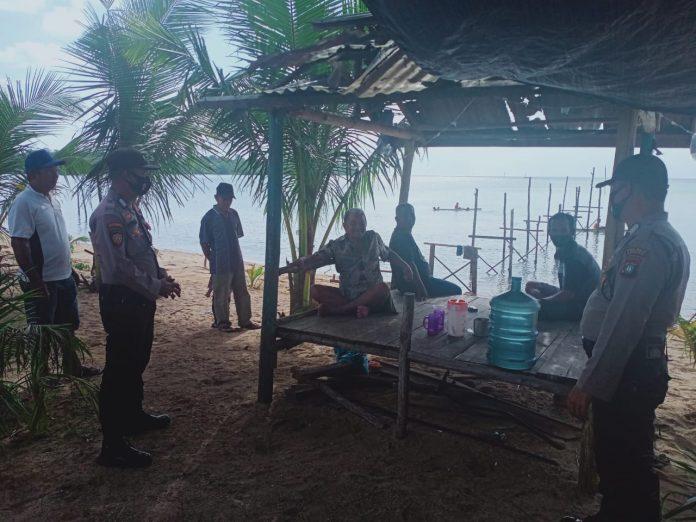 Personel Polsek Singkep Barat saat memberikan imbauan kepada warga yang sedang berlibur di pantai (Suryakepri.com)