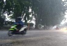 Ilustrasi, sejumlah pengendara saat melintas ketika hujan mengguyur Kota Tanjungpinang, Kepri baru-baru ini (Suryakepri.com/Muhammad Bunga Ashab)