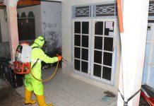 Personil Polresta Barelang Semprot Disinfektan di Asrama Polisi