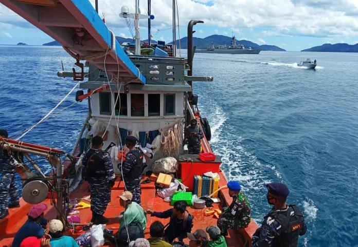 Kapal ikan asing berbendera Vietnam saat diamankan TNI AL (Suryakepri.com/ist)