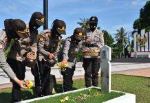 Polwan Polres Tanjungpinang saat ziarah dan tabur bunga di Taman Makam Pahlawan Tanjungpinang (Suryakepri.com)