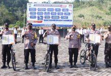 Kapolres Lingga AKBP Boy Herlambang saat memberikan hadiah sepeda kepada tiga personelnya (Suryakepri.com)