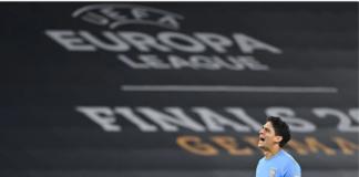 Yassine Bounou, penjaga gawang Sevilla, sukses memblok tendangan penalti striker Wolves Raul Jimenez pada menit 13. Sevilla lolos ke semifinal berkat kemenangan 1-0 berkat gol Lucas Ocampos melalui tandukan pada menit 88. Sevilla akan berhadapan dengan Manchester United di semifinal pada 16 Agustus 2020. (Foto: Uefa.com)