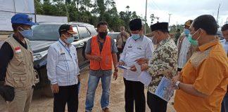 Isdianto didampingi Sekdaprov Kepri H TS Arif Fadillah dan sejumlah kepala OPD langsung meninjau proyek jalan trans Batubi-Kelarik sepanjang 28,27 KM.