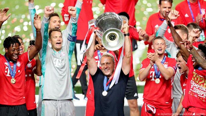 Pelatih Bayern Munich Hans-Dieter Flick mengangkat trofi Liga Champions usai timnya mengalahkan PSG 1-0 di final, Minggu (23/8/2020) atau Senin dinihari WIB. (Foto: Twitter)