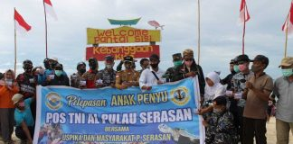 Posal Serasan bersama masyarakat melepasliarkan tukik di Pantai Sisi, Kecamatan Serasan, Kabupaten Natuna, Kepri (Suryakepri.com)