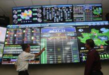 Dua manager ATB tengah mendiskusikan data yang ditampilkan oleh Dashboard ATB Integrated Operation System. Dengan Dashboard ini, ATB mampu memonitor proses produksi hingga distribusi dalam satu layar.