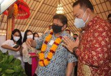 Rivan A Purwantono, Direktur Utama Bank Bukopin dan Menko Bidang Perekonomian, Airlangga Hartanto dalam acara penyaluran Kredit Usaha Rakyat di Desa Budaya Kertalangu, Bali, Sabtu (22/08/2020).