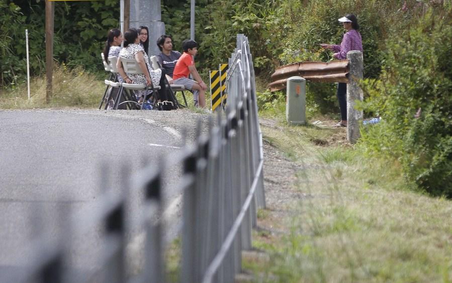 Pertemuan keluarga di dekat penghalang kabel di sepanjang perbatasan antara Kanada dan Amerika Serikat di Aldergrove, British Columbia, Kanada, pada 23 Agustus 2020. (Foto oleh Liang Sen / Xinhua)