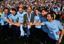 Pep Guardiola dan para stafnya berpose dengan trofi Liga Premier Inggris ketika Manchester City juara musim 2018/2019. (Foto dari MEN Sport)