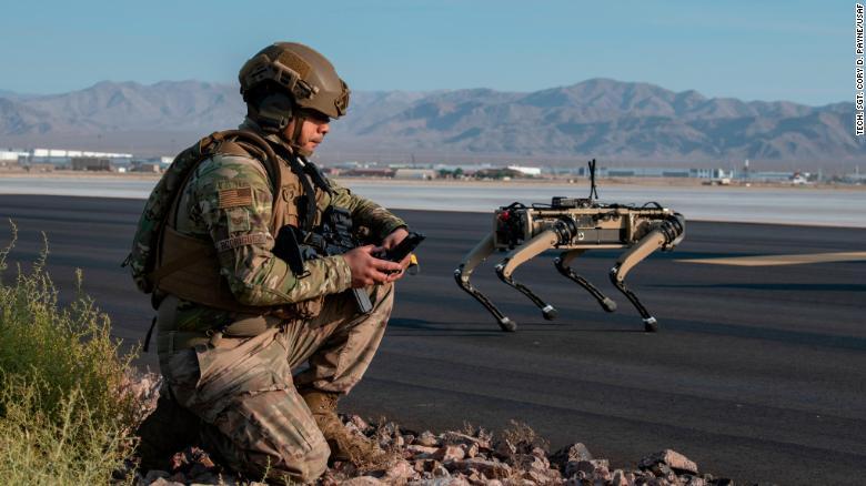 Unit Ghost Robotics Vision 60 dioperasikan oleh sersan Angkatan Udara AS saat latihan di Pangkalan Angkatan Udara Nellis di Nevada. (Foto dari CNN)
