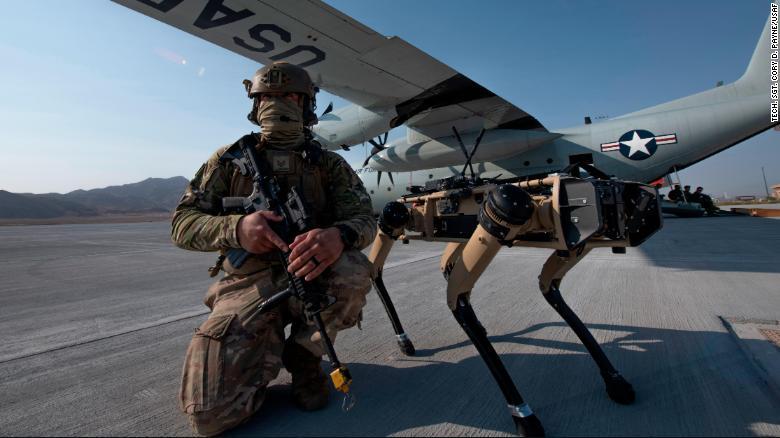 Prototipe Ghost Robotics Vision 60 bersama seorang prajurit AU Amerika saat latihan di Pangkalan Angkatan Udara Nellis di Nevada.(Foto dari CNN)