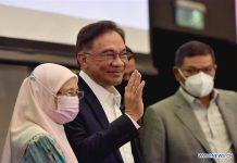Pemimpin oposisi Malaysia dan mantan Wakil Perdana Menteri Anwar Ibrahim (tengah) melambai kepada wartawan pada konferensi pers di Kuala Lumpur, Malaysia, 23 September 2020. (Foto oleh Chong Voon Chung / Xinhua)