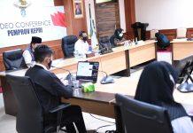 Sekdaprov Kepri Arif Fadillah saat mengikuti Rakorsus Tingkat Menteri Tentang Disiplin dan Penegakan Hukum Protokol Kesehatan dalam Pilkada melalui vicon dari Rupatama lt.4 kantor Gubernur, Dompak, Rabu (8/09/2020).