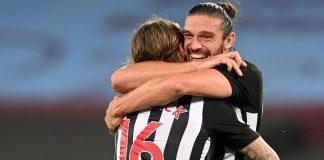Andy Carrol memeluk Jeff Hendrick untuk memberi selamat atas gol yang dicetak pemain baru The Magpies itu. (Foto: Premierleague.com)