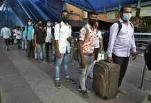 Antrean penumpang di stasiun kereta api untuk menjalani tes Covid-19 di fasilitas yang didirikan untuk menyaring orang-orang yang datang dari luar kota, di Ahmedabad, India, Senin, 7 September 2020. Kasus virus korona India sekarang menjadi yang tertinggi kedua di dunia dan hanya di belakang Amerika Serikat. (Foto AP / Ajit Solanki)