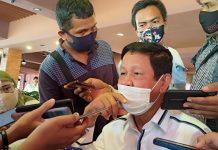 Calon Gubernur petahana Isdianto memberikan keterangan kepada awak media mengenai rencana deklarasi paslon INSANI di Batam, Rabu (2/9/2020). Foto: Suryakepri.com/Fernando)