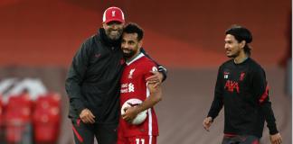 Manajer Liverpool Jurgen Klopp memeluk Mohamed Salah disaksikan oleh Takumi Minamino, pemain hebat Jepang yang direkrut dari RB Salzburg bulan Januari tetapi sangat jarang dimainkan.(Foto:liverpoolfc.com)