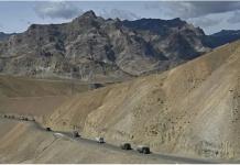 Kendaraan militer China beriringan di pegunungan Himalaya, yang berbatasan dengan wilayah India,. (Foto: AFP via CNA)