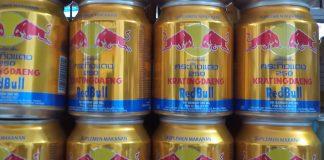 Red Bull atau juga dikenal dengan Krating Daeng, minuman energi terlaris di dunia, kini diboikot oleh rakyat Thailand. Mereka bahkan menyerukan kepada seluruh dunia untuk memboikot minuman ini. (Foto: Suryakepri.com/Eddy Mesakh)