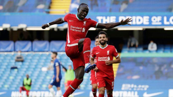 Striker Liverpool Sadio Mane melakukan selebrasi usai mencetak gol ke gawang Chelsea. Pemain Senegal ini memborong gol dalam kemenangan 2-0 di Stamford Bridge. (Foto: Premierleague.com)