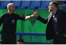 Slaven Bilic berdebat dengan wasit Mike Dean,saat laga melawan Everton berujung sang manajer dikartu merah dan harus membayar denda 8.000 poundsterling karena dinilai melakukan tindakan tidak pantas. (Foto dari Skysports)