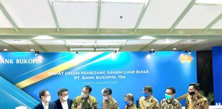 Rivan A. Purwantono Direktur Utama Bank Bukopin. (no.3 dari kiri)