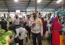 Kapolsek Tanjungpinang Timur AKP Firuddin saat memberikan imbauan kepada masyarakat di Pasar Bintan Center (Suryakepri.com)