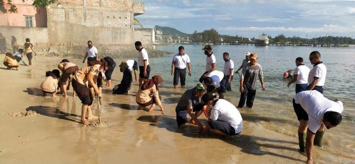 Lanal Ranai melaksanakan bersih-bersih pantai dalam rangka memperingati HUT TNI AL ke-75 (Suryakepri.com)
