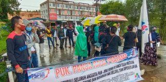 Puluhan pekerja PT Panca Rasa Pratama hujan-hujanan mengelar aksi demo di depan kawasan pabrik Teh Prendjak