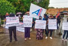 Puluhan buruh PT Panca Rasa Pratama saat berunjuk rasa di depan gerbang perusahaan Teh Prendjak Jalan DI Panjaitan, Km 8, Tanjungpinang, Kepri (Suryakepri.com/Muhammad Bunga Ashab)